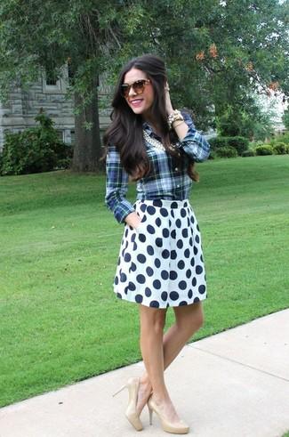 Cómo combinar: camisa de vestir de tartán azul, falda skater a lunares en blanco y azul marino, zapatos de tacón de cuero en beige, gafas de sol de leopardo marrónes