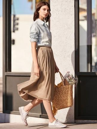Cómo combinar: camisa de vestir gris, falda midi plisada marrón claro, tenis de lona blancos, bolsa tote de paja marrón claro