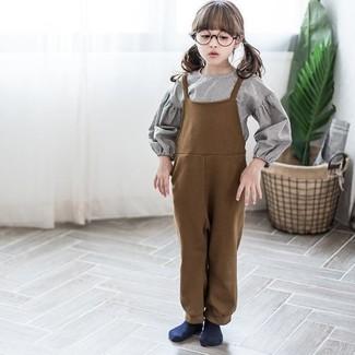 Cómo combinar: camisa de vestir gris, peto marrón, calcetines azul marino