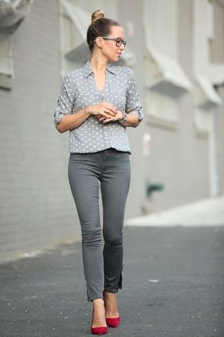 Cómo combinar: camisa de vestir a lunares gris, vaqueros pitillo grises, zapatos de tacón de ante rojos, reloj plateado