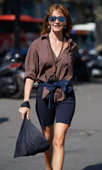 Cómo combinar una bolsa tote de lona negra: Ponte una camisa de vestir marrón y una bolsa tote de lona negra transmitirán una vibra libre y relajada.