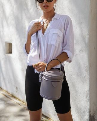 Cómo combinar: camisa de vestir blanca, mallas ciclistas negras, bolso bandolera de cuero gris, gafas de sol negras