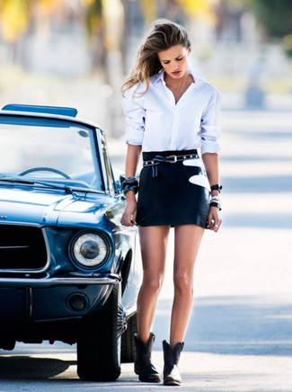 Cómo combinar: camisa de vestir blanca, minifalda negra, botines de cuero negros, correa de estrellas negra