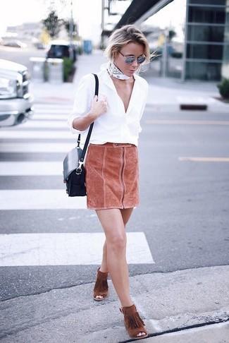 Cómo combinar: camisa de vestir blanca, minifalda de ante en tabaco, botines de ante сon flecos en tabaco, bolso bandolera de cuero azul marino