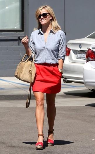Cómo combinar: camisa de vestir celeste, minifalda roja, sandalias con cuña de ante rojas, bolso de hombre de cuero en beige