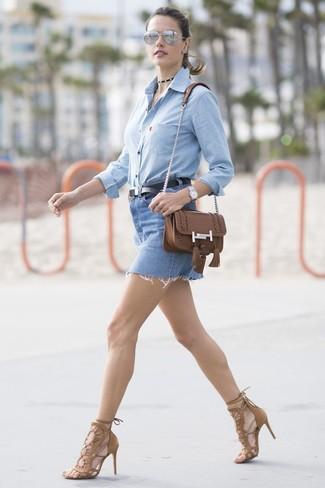 Cómo combinar: camisa de vestir de cambray celeste, minifalda vaquera azul, sandalias de tacón de ante marrónes, bolso bandolera de cuero marrón