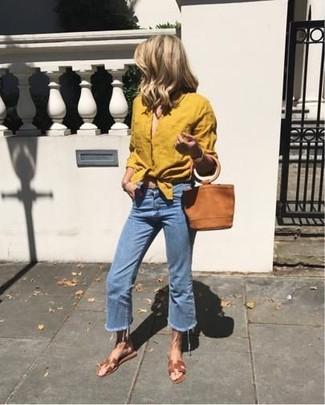 Cómo combinar: camisa de vestir mostaza, falda pantalón vaquera azul, sandalias planas de cuero marrónes, cartera sobre de ante en tabaco