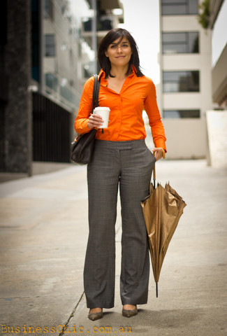 Cómo combinar: camisa de vestir naranja, pantalón de vestir de tartán gris, zapatos de tacón de cuero grises, bolso de hombre de cuero negro