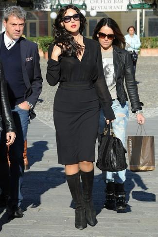 Cómo combinar: camisa de vestir de seda negra, falda lápiz negra, botas de caña alta de ante negras, bolsa tote de cuero negra