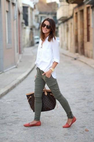 Este combo de una camisa de vestir blanca y un pantalón cargo verde oliva te permitirá mantener un estilo cuando no estés trabajando limpio y simple. Mocasín añaden la elegancia necesaria ya que, de otra forma, es un look simple.