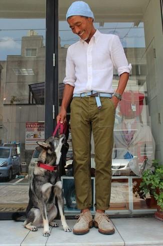 Cómo combinar: camisa de vestir blanca, pantalón chino verde oliva, botas safari de ante en beige, gorro celeste