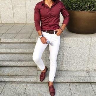 Cómo combinar: camisa de vestir burdeos, pantalón chino blanco, mocasín con borlas de cuero burdeos, correa de cuero tejida en marrón oscuro