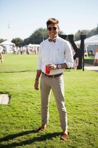 Cómo combinar: camisa de vestir blanca, pantalón chino en beige, mocasín de ante marrón, corbatín de tartán rojo