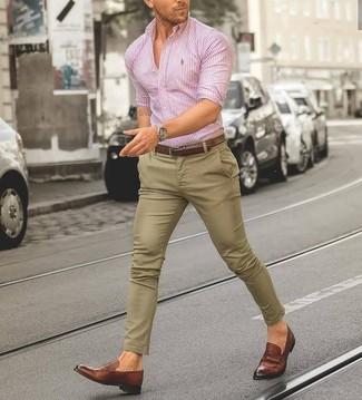 Cómo combinar: camisa de vestir de rayas verticales rosada, pantalón chino marrón claro, mocasín de cuero marrón, correa de cuero marrón