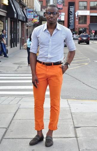 Cómo combinar: camisa de vestir de rayas verticales celeste, pantalón chino naranja, mocasín de ante en gris oscuro, correa de cuero en marrón oscuro