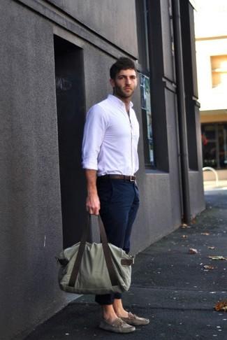 Cómo combinar: camisa de vestir blanca, pantalón chino azul marino, náuticos de ante grises, bolso baúl de lona verde oliva
