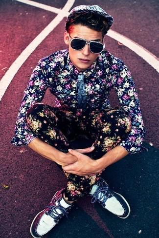 Cómo combinar: camisa de vestir con print de flores azul marino, pantalón chino con print de flores negro, náuticos de cuero en azul marino y blanco, gorra de béisbol con print de flores blanca