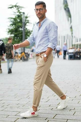 Cómo combinar: camisa de vestir de rayas verticales en blanco y azul, pantalón chino marrón claro, tenis de cuero blancos, correa de cuero tejida marrón
