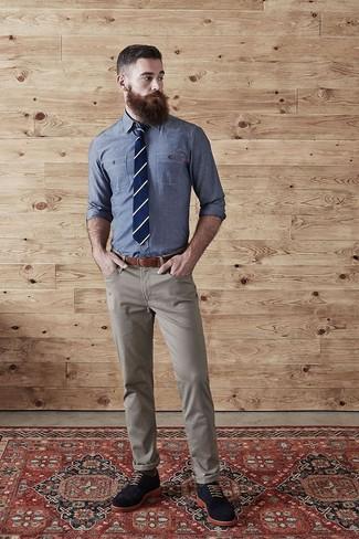 1e15bed9ae3 ... Look de moda: Camisa de vestir de cambray azul, Pantalón chino marrón  claro,