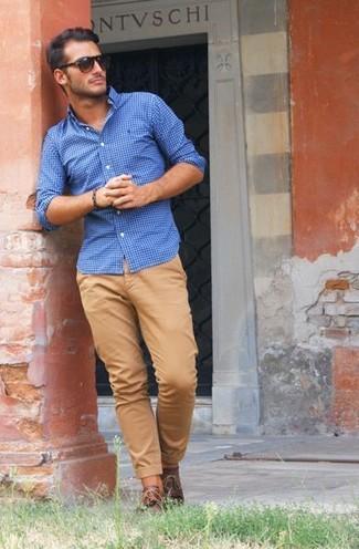 Cómo combinar un pantalón chino marrón claro con una camisa