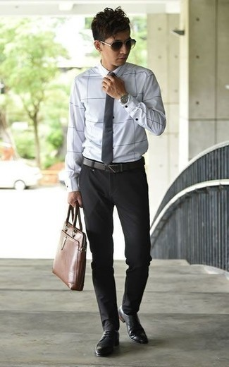 Cómo combinar unas gafas de sol en marrón oscuro para hombres de 30 años: Empareja una camisa de vestir a cuadros blanca junto a unas gafas de sol en marrón oscuro transmitirán una vibra libre y relajada. ¿Por qué no ponerse zapatos derby de cuero negros a la combinación para dar una sensación más clásica?