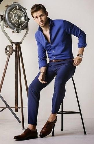 Cómo combinar: camisa de vestir de cambray azul, pantalón chino azul marino, zapatos oxford de cuero en marrón oscuro, correa de cuero marrón