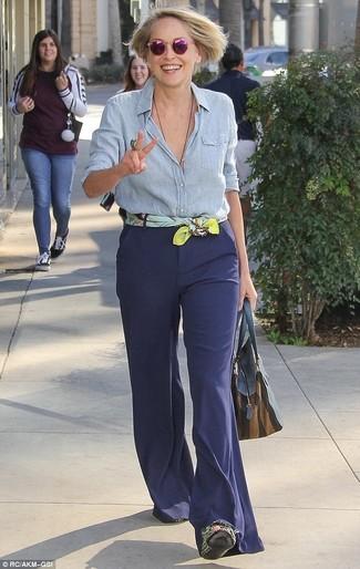 Cómo combinar: camisa de vestir de cambray celeste, pantalón de campana azul marino, bolsa tote de cuero azul marino, bufanda de seda estampada amarilla