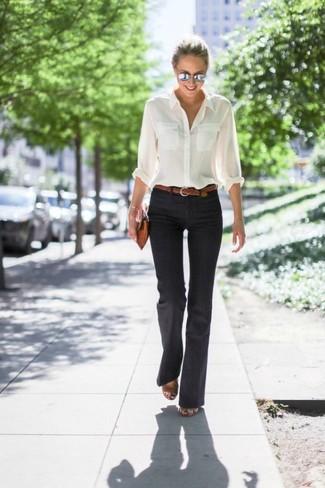 Cómo combinar: camisa de vestir blanca, pantalón de campana negro, sandalias de tacón de cuero marrónes, cartera sobre de cuero marrón claro