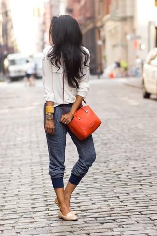 Cómo combinar: camisa de vestir de gasa en beige, pantalón de chándal azul marino, mocasín de cuero en beige, bolso bandolera de cuero naranja