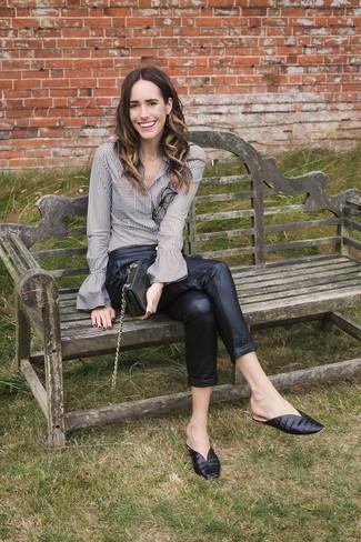 Cómo combinar: camisa de vestir de rayas verticales gris, pantalón de pinzas de cuero negro, chinelas de cuero negras, cartera sobre de cuero negra