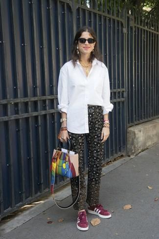 Cómo combinar: camisa de vestir blanca, pantalón de pinzas estampado negro, tenis de ante burdeos, bolsa tote de cuero en multicolor