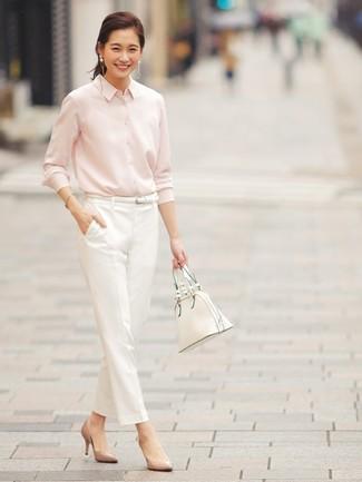 Esta combinación de una camisa de vestir rosada y un pantalón de pinzas blanco es perfecta para una salida nocturna u ocasiones casuales elegantes. Zapatos de tacón de cuero marrón claro son una opción grandiosa para completar este atuendo.