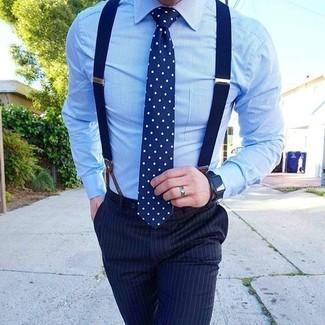 Cómo combinar: camisa de vestir celeste, pantalón de vestir de rayas verticales azul marino, corbata a lunares en azul marino y blanco, tirantes azul marino