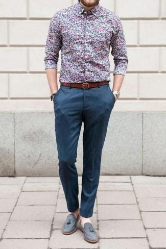 Cómo combinar: camisa de vestir con print de flores azul, pantalón de vestir azul, mocasín con borlas de ante gris, correa de cuero en tabaco