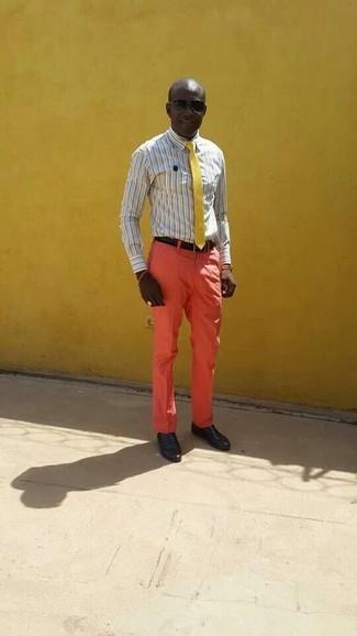 Cómo combinar: camisa de vestir de rayas verticales gris, pantalón de vestir naranja, mocasín de cuero negro, corbata amarilla