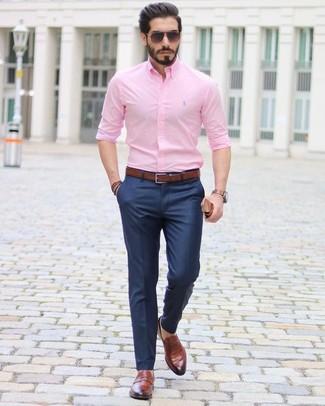 Cómo combinar: camisa de vestir rosada, pantalón de vestir azul marino, mocasín de cuero marrón, correa de cuero en marrón oscuro