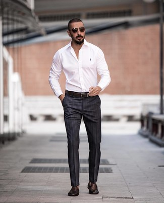 Cómo combinar: camisa de vestir blanca, pantalón de vestir de rayas verticales en gris oscuro, mocasín de cuero tejido en marrón oscuro, correa de cuero en marrón oscuro