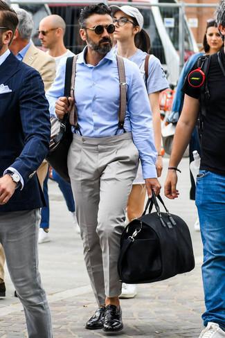 Cómo combinar un bolso baúl de cuero negro para hombres de 40 años: Ponte una camisa de vestir celeste y un bolso baúl de cuero negro para un look agradable de fin de semana. Mocasín de cuero negro proporcionarán una estética clásica al conjunto.