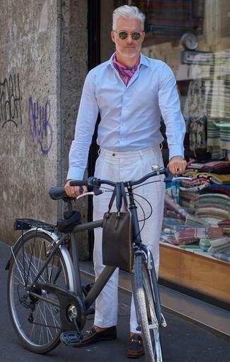 Cómo combinar una camisa de vestir para hombres de 50 años: Ponte una camisa de vestir y un pantalón de vestir blanco para una apariencia clásica y elegante. ¿Quieres elegir un zapato informal? Haz mocasín de cuero negro tu calzado para el día.