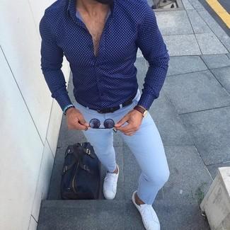 Cómo combinar: camisa de vestir a lunares en azul marino y blanco, pantalón de vestir celeste, tenis de cuero blancos, bolsa de viaje de lona azul marino