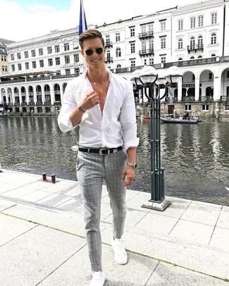 Combinar unos tenis blancos con una camisa en blanco y