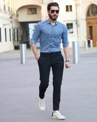 Cómo combinar: camisa de vestir con print de flores azul, pantalón de vestir negro, tenis de cuero blancos, gafas de sol en marrón oscuro