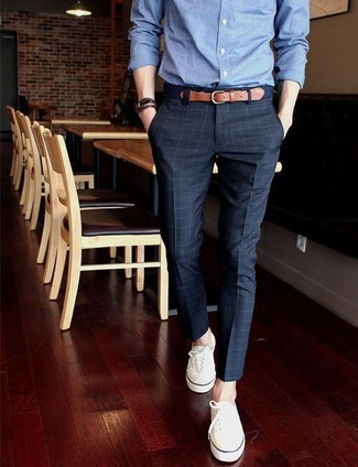 be5e7b2466e ... Look de moda: Camisa de vestir de cambray azul, Pantalón de vestir a  cuadros