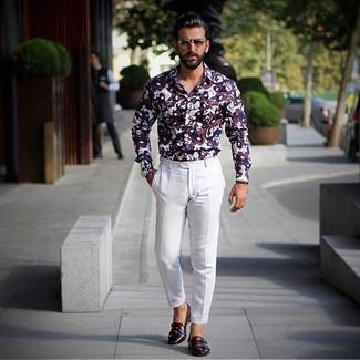 Cómo combinar: camisa de vestir estampada burdeos, pantalón de vestir blanco, zapatos con doble hebilla de cuero burdeos, reloj de cuero azul marino