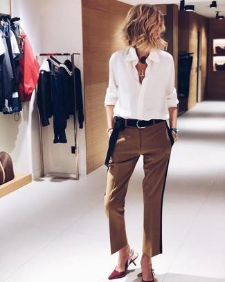 Moda para mujeres de 50 años en primavera 2020: Ponte una camisa de vestir de gasa blanca y un pantalón de vestir marrón y te verás impresionante en cualquier lugar y en cualquier momento. Zapatos de tacón de cuero rojos son una opción perfecta para complementar tu atuendo. Es un look genial a copiar esta temporada de primavera.