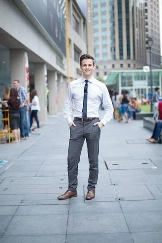 Cómo combinar una correa: Equípate una camisa de vestir blanca junto a una correa transmitirán una vibra libre y relajada. ¿Te sientes valiente? Haz zapatos derby de cuero marrónes tu calzado.