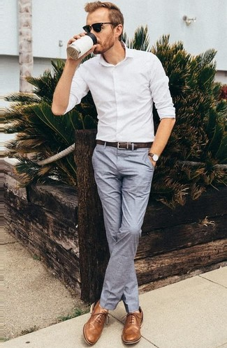 Cómo combinar: camisa de vestir blanca, pantalón de vestir gris, zapatos oxford de cuero marrónes, correa de cuero negra