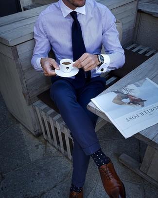 Outfits hombres: Elige una camisa de vestir de rayas verticales en blanco y azul y un pantalón de vestir azul marino para rebosar clase y sofisticación. Zapatos oxford de cuero marrónes son una opción inigualable para completar este atuendo.