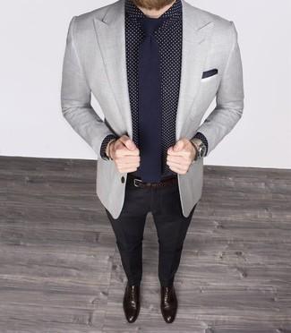 Cómo combinar una correa de cuero tejida en marrón oscuro: Emparejar una camisa de vestir a lunares en azul marino y blanco con una correa de cuero tejida en marrón oscuro es una opción inigualable para el fin de semana. Con el calzado, sé más clásico y opta por un par de zapatos oxford de cuero en marrón oscuro.
