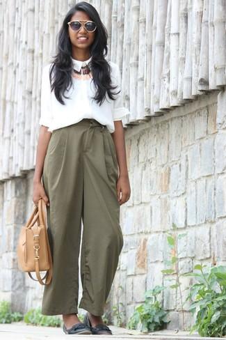 Cómo combinar: camisa de vestir de seda blanca, pantalones anchos verdes, bailarinas de cuero negras, bolsa tote de cuero marrón claro